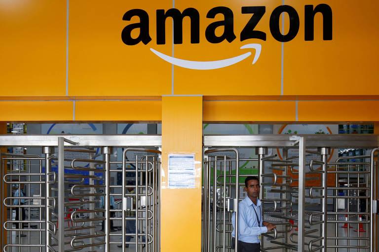 Funcionário deixa centro de distribuição da Amazon em Bengaluru, na Índia; companhia enfrenta desafios regulatórios de ecommerce no país