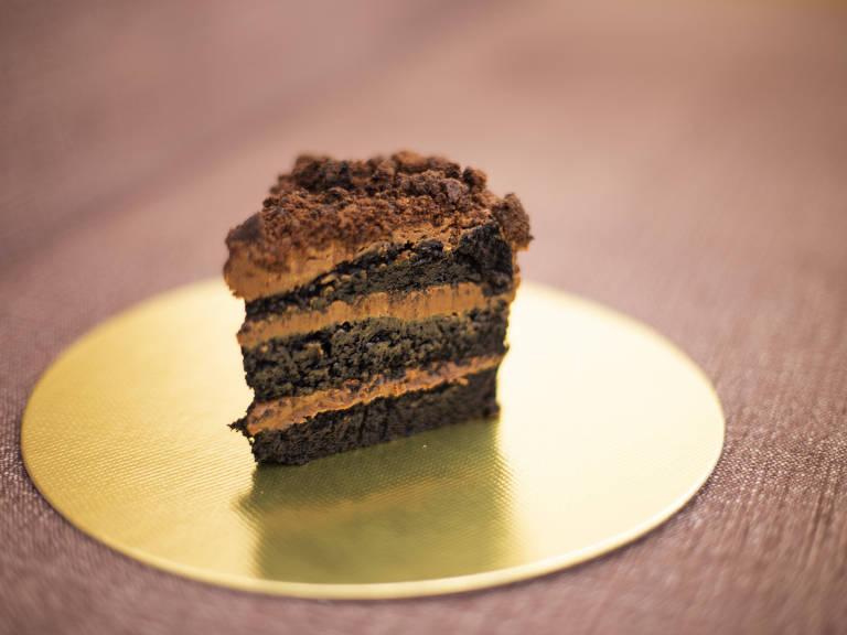 Bolo que leva o nome da confeitaria Toasty tem massa cremosa de chocolate, recheio e cobertura de chocolate e crocante de brownie