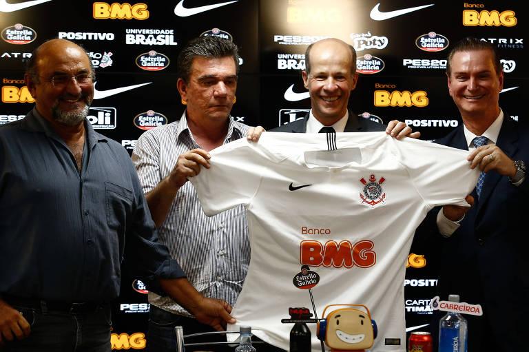 Luis Paulo Rosenberg (último à esq.) durante anúncio do patrocínio do BMG ao Corinthians