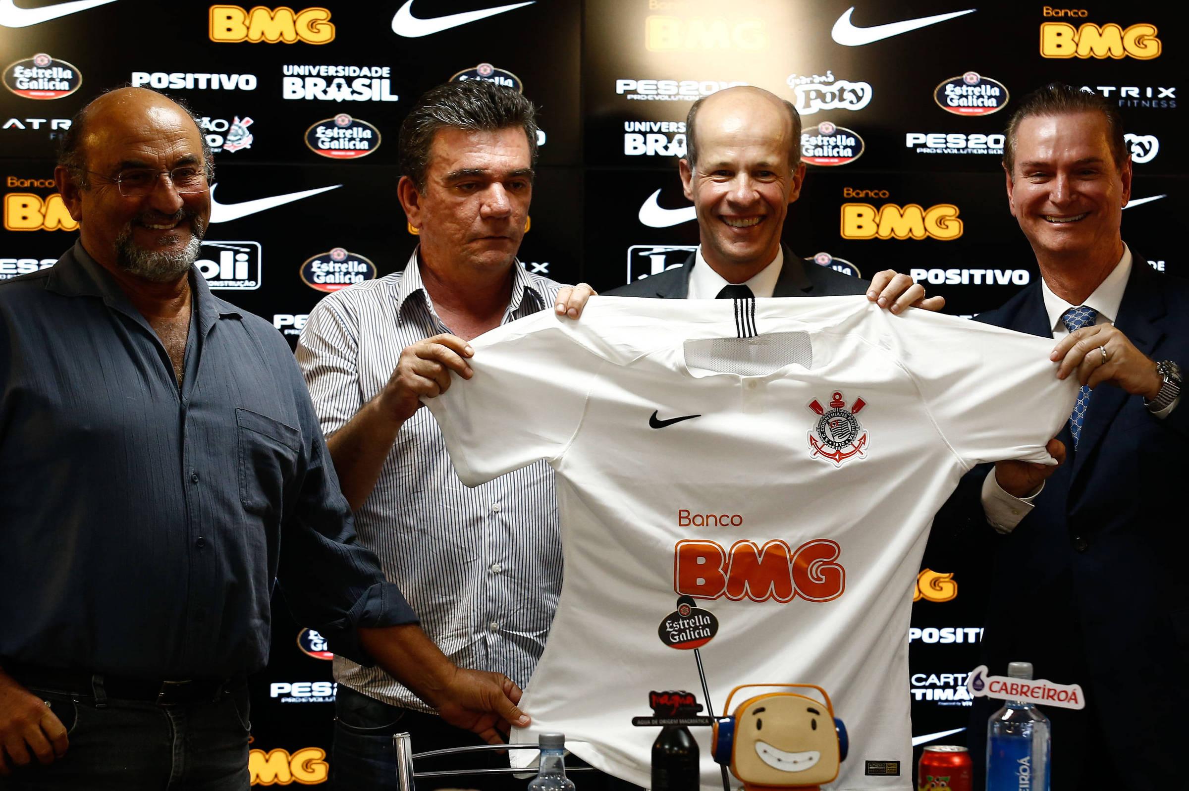 Corintiano projeta ganhar metade do que o Palmeiras recebe de patrocinador  - 01 02 2019 - Esporte - Folha 3e9393ae4517f