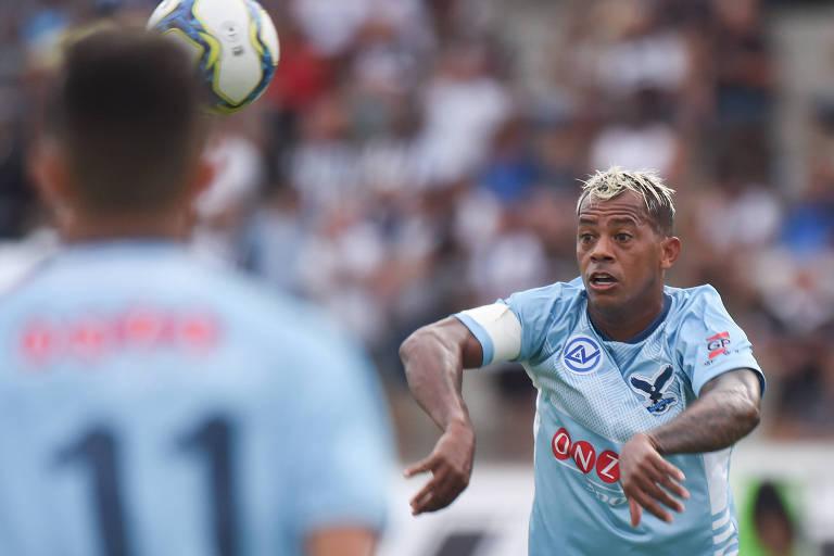 Marcelinho Paraíba espera para dominar a bola em partida do Perilima contra o Botafogo, em João Pessoa