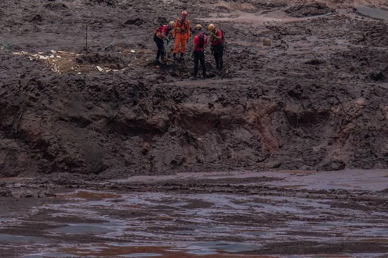 Bombeiros continuam buscas na região do refeitório da Vale, em Brumadinho, na região metropolitana de Belo Horizonte. Barragem da Vale, da mina Córrego do Feijão, rompeu na sexta-feira (25)