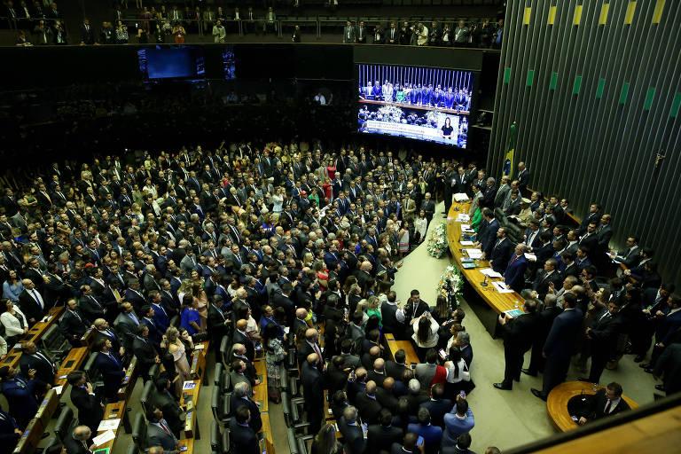 Deputados e familiares no plenário da câmara dos deputados momentos antes da posse dos parlamentares