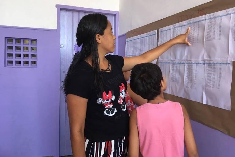 Fernanda Silvestre confere a lista de turma com o filho Gabriel