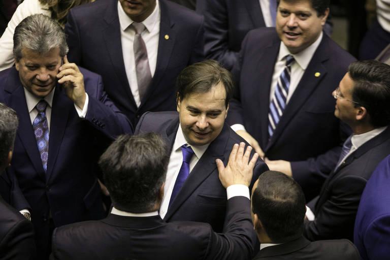 Presidente da Câmara, Rodrigo Maia, que foi reeleito, cumprimenta colegas