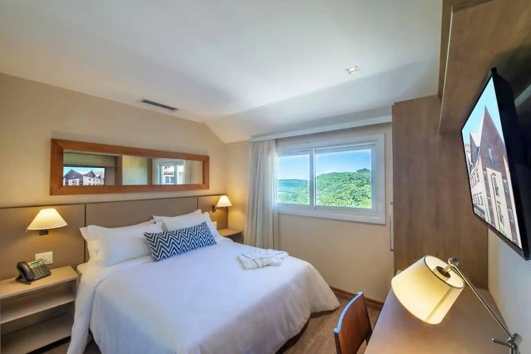 Quarto de hotel, com cama de casal