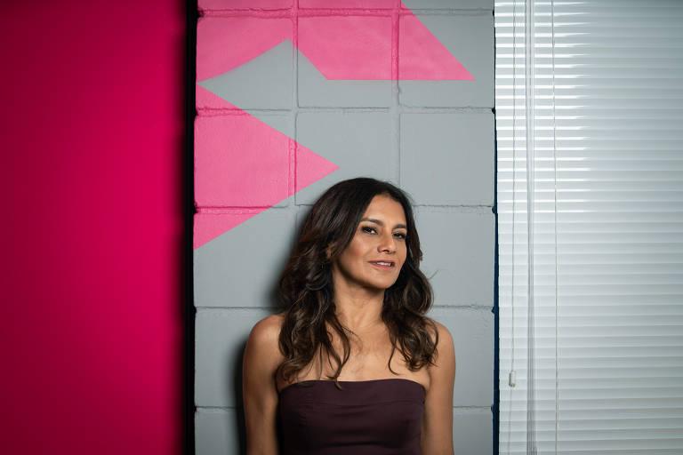A atriz Dira Paes em estúdio da Globo, no Rio, durante entrevista para a coluna Mônica Bergamo