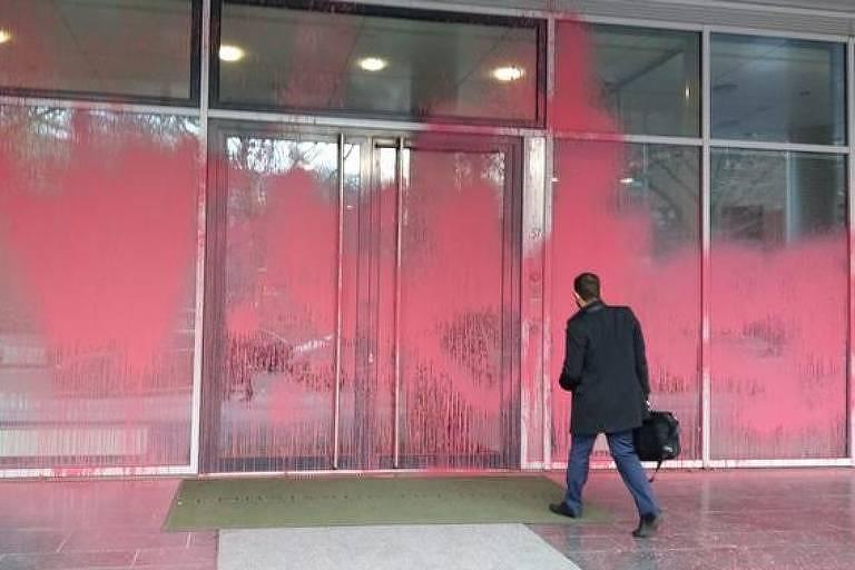 Fachada da embaixada brasileira em Berlim amanheceu coberta de tinta