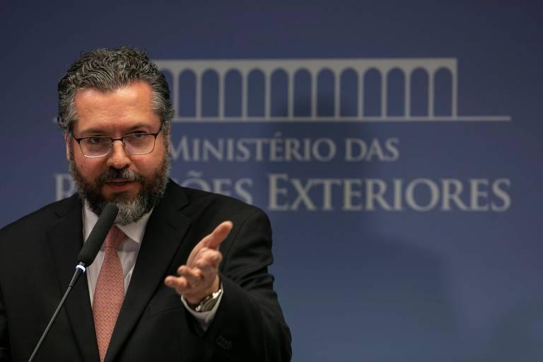 O chanceler Ernesto Araújo fala à imprensa sobre a situação na Venezuela em Brasília nesta sexta (1°)