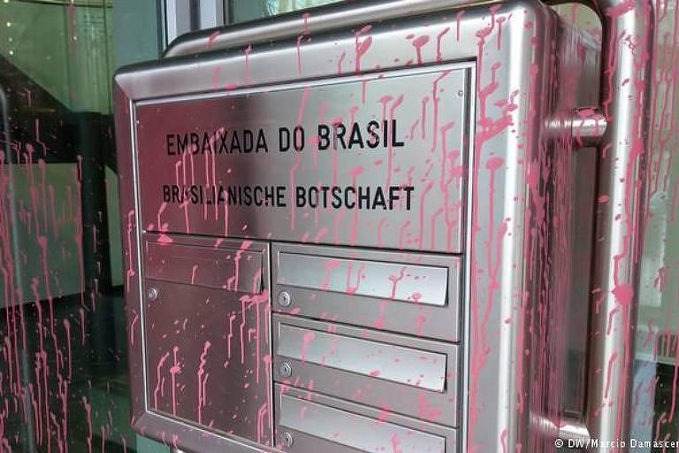 Caixa de correio coberta de tinta, na embaixada brasileira em Berlim