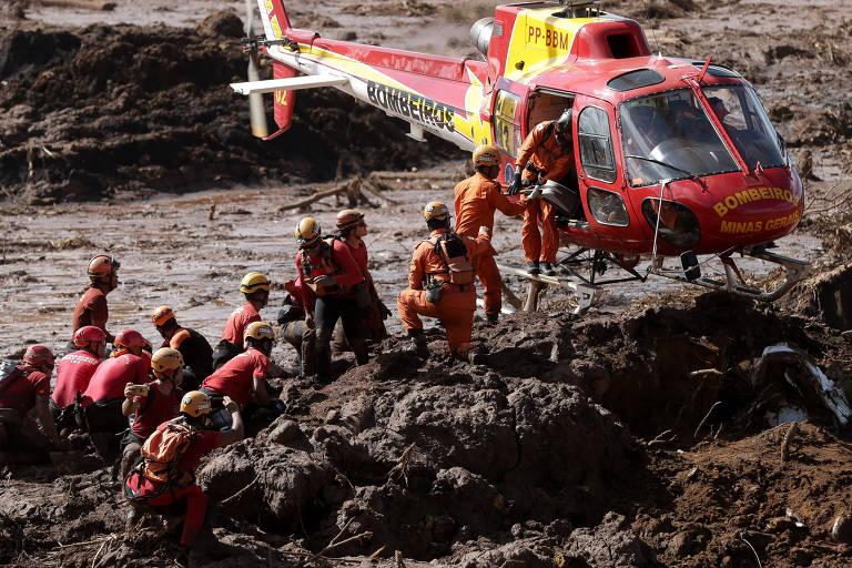 Bombeiros buscam por corpos em um ônibus nas proximidades do povoado de Córrego do Feijão