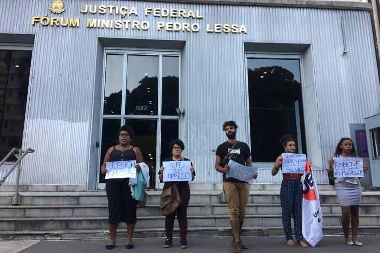 Estudantes do Mackenzie protestam em frente à Justiça Federal