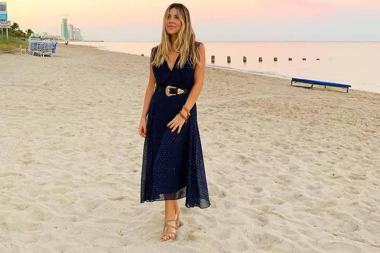 A blogueira e escritora Mica Rocha usa o cinto mais pesado com um vestido leve para dar modernidade ao visual