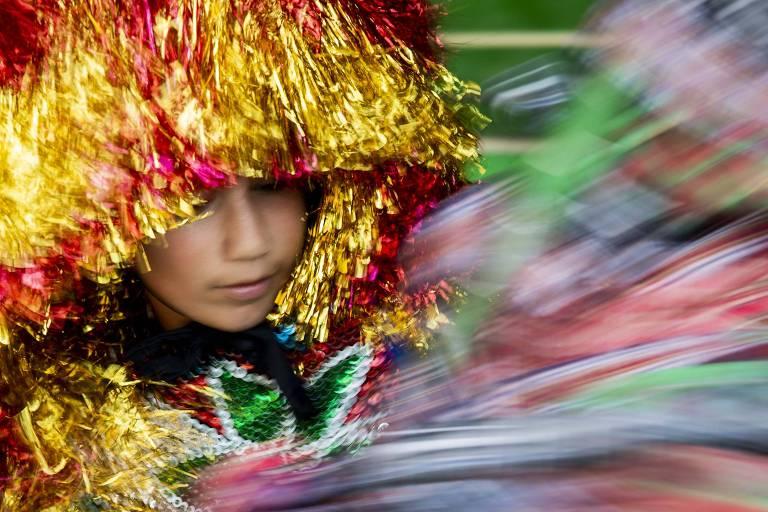 Gabriel, 13, caboclo de lança do maracatu). (Foto: Eduardo Anizelli/Folhapress)