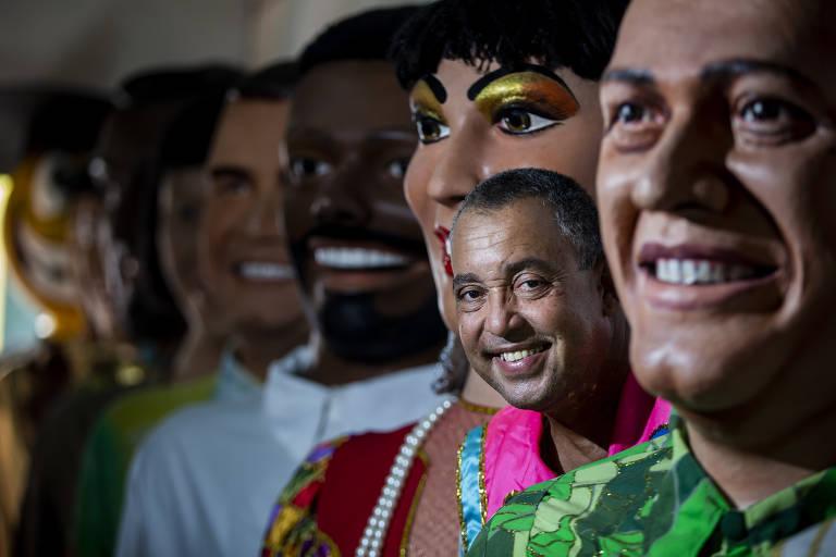 Sílvio Botelho com seus bonecos gigantes, no sítio histórico de Olinda