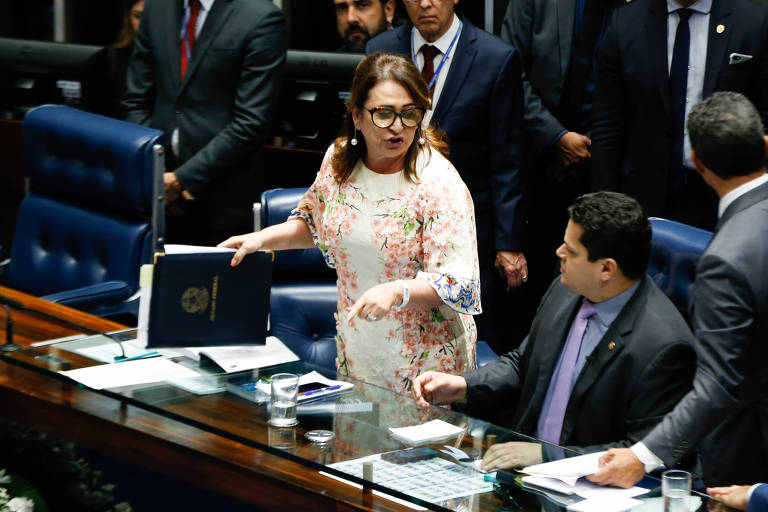 A senadora Kátia Abreu (PDT-TO) tomou do senador Davi Alcolumbre (DEM-AP) os documentos da Mesa Diretora do Senado, durante reunião preparatória para escolha do presidente da Casa