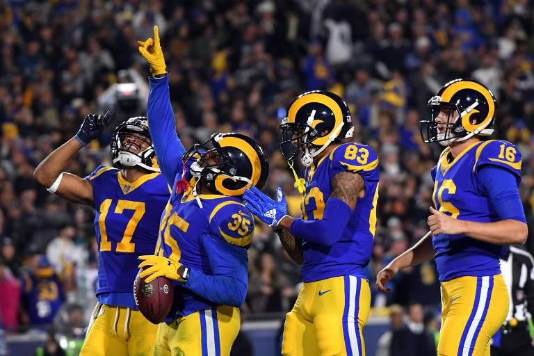 Jogadores do Rams comemoram touchdown em jogo dos playoffs no Coliseum