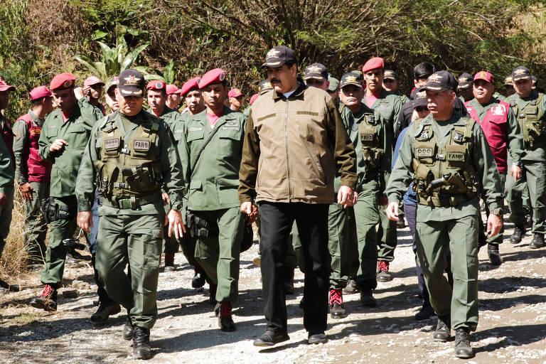 Maduro com o ministro da Defesa, Vladimir Padrino, durante exercício militar em Macarao
