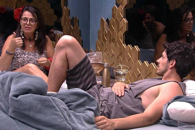 Maycon e Tereza conversam no quarto