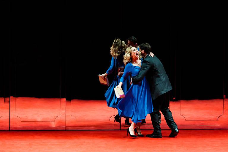"""Eliane Giardini e Antônio Gonzalez em """"Peça do Casamento"""", montagem do diretor Guilherme Weber para a peça de Edward Albee (""""Marriage Play"""")"""