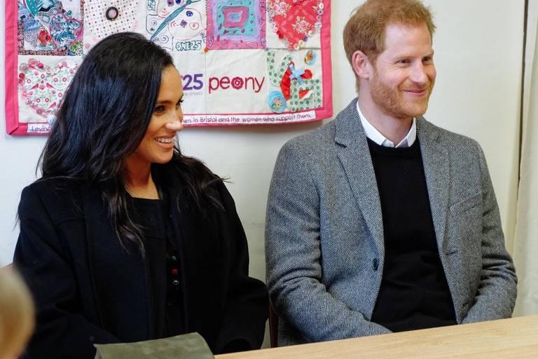 Meghan Markle e príncipe Harry durante visita a intituição filantrópica One25