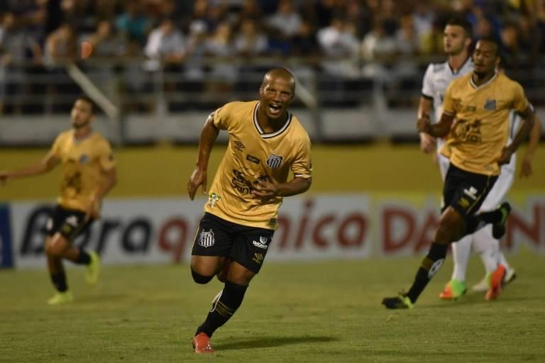 O uruguaio Carlos Sánchez comemora gol durante a vitória do Santos por 4x1 sobre o Bragantino na quinta (31)
