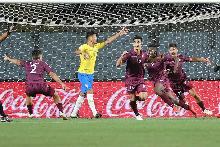 Venezuelanos comemoram gol na vitória sobre o Brasil por 2 a 0 pelo Sul-Americano sub-20 na sexta (1º)