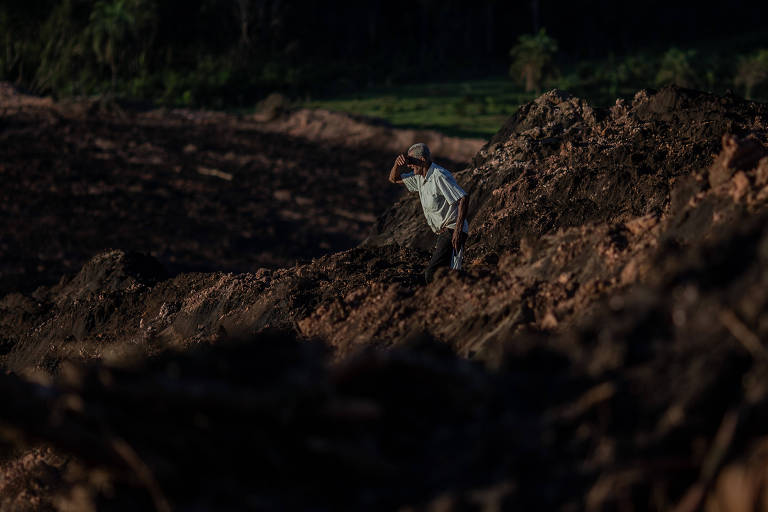 Morador observa lama na região de Brumadinho, região metropolitana do estado de Minas Gerais