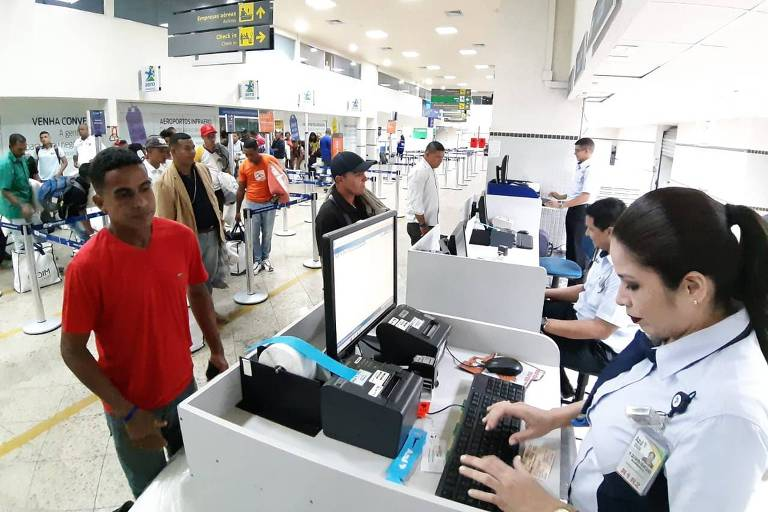 Venezuelanos no aeroporto em Roraima aguardam o voo fretado para Dourados (MS)