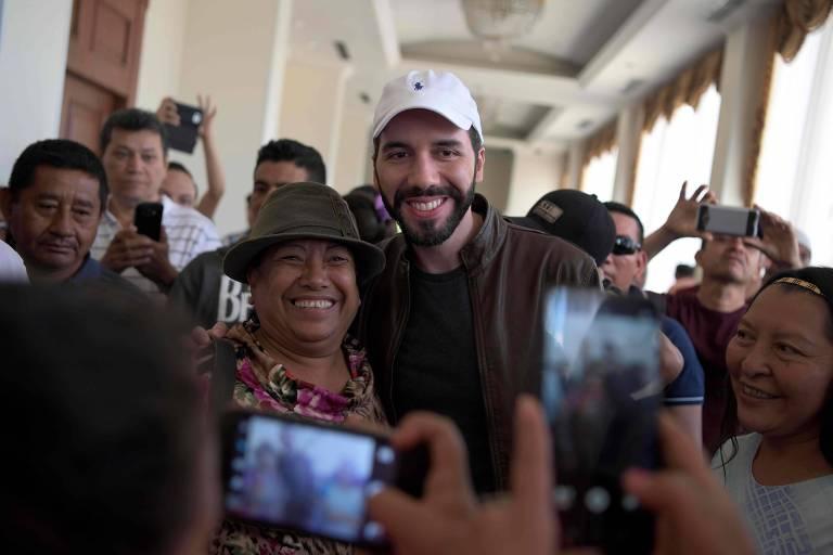 O líder nas pesquisas, Nayib Bukele (de boné) durante encontro com apoiadores na capital, San Salvador