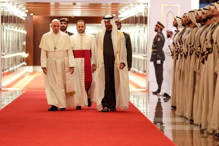 O papa Francisco é recebido pelo príncipe herdeiro de Abu Dhabi, Mohammed bin Zayed al-Nahyan (dir.) em sua chegada aos Emirados Árabes Unidos