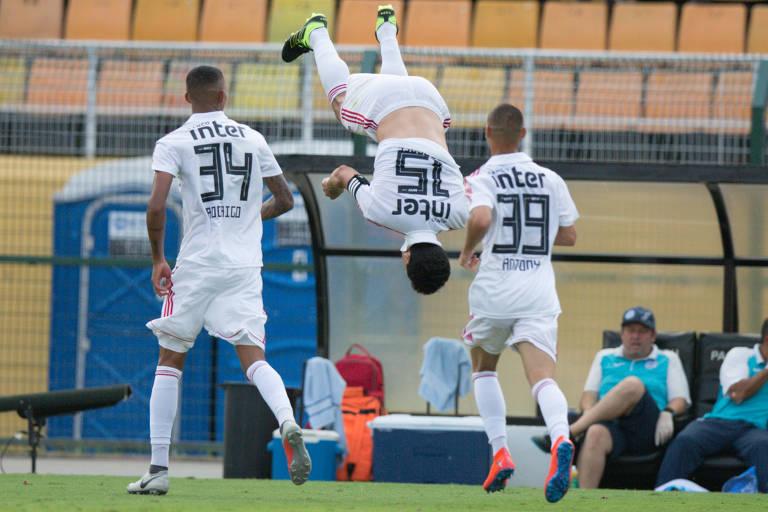 Hernanes dá cambalhota em gol do São Paulo contra o São Bento, última partida da equipe antes da estreia na Lbertadores