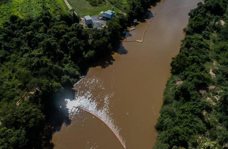 Sistema de membranas para impedir metais no rio Paraopeba perto da central de captação de água da Águas de Pará de Minas, concessionária de abastecimento de água de Pará de Minas (MG)