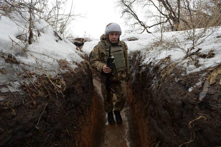 Soldado ucraniano em trincheira em Verhnetoretskoie, na região de Donetsk