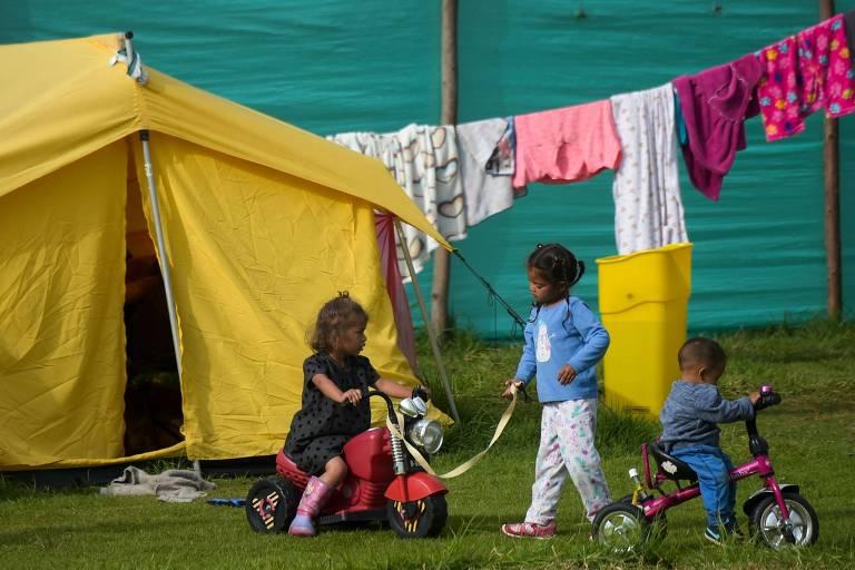 Crianças venezuelanas brincam em centro temporário criado para acolher imigrantes em Bogotá, na Colômbia