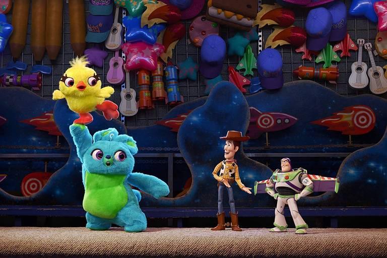 Ducky (Keegan-Michael Key), Bunny (Jordan Peele), Woody (Tom Hanks) e Buzz (Tim Allen) em 'Toy Story 4'