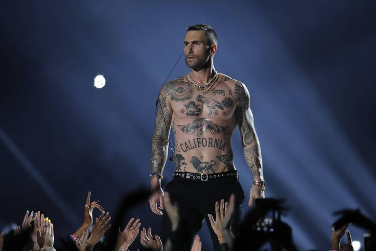 Adam Levine, do Marron 5, durante show do intervalo do Super Bowl