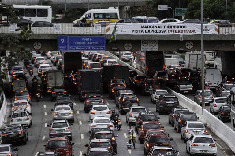 Trânsito intenso na Marginal do Rio Pinheiros na altura da ponte Cidade Jardim