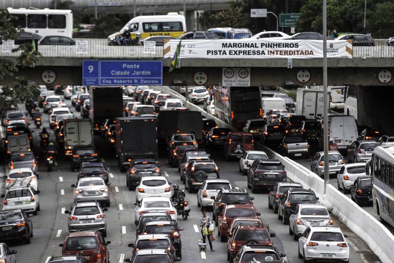 Heavy traffic seen on Marginal Pinheiros and Viaduct Cidade Jardim, in São Paulo