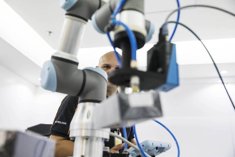 Robô carrega pequenas embalagens no laboratório 4.0 da Natura