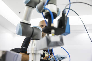 ***Esp Industrias 4.0***Analista de manutencao, Tarcisio Gobbo,43, testa Robo colaborativo  para carregar pequenas embalagens no laboratorio 4.0 da Natura .
