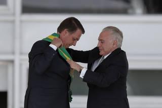 Jair Bolsonaro recebe a faixa presidencial das mãos do presidente Michel Temer