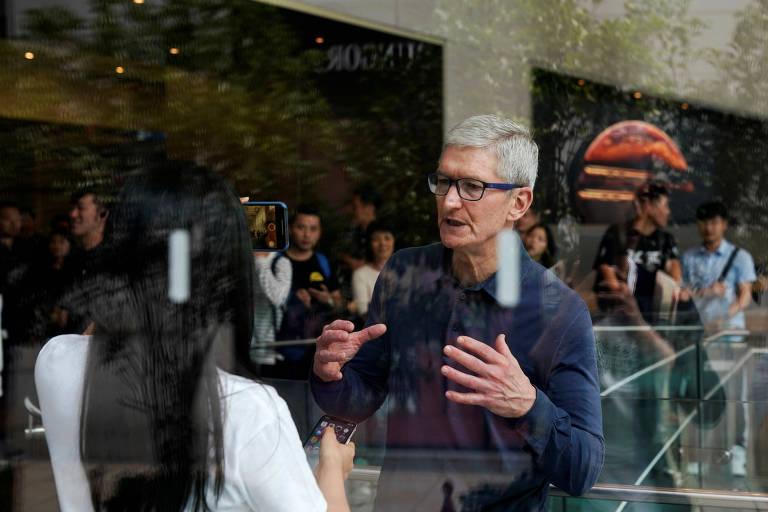 Tim Cook visita loja da Apple em Xangai, na China, no fim do ano passado