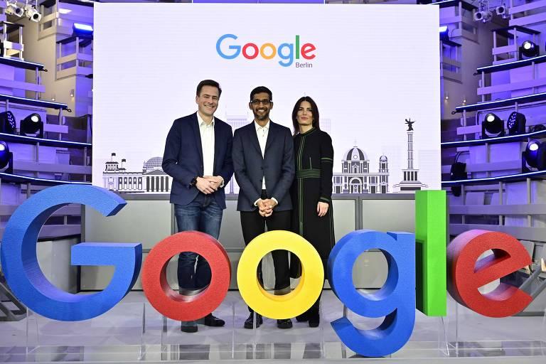 Sundar Pichai, presidente-executivo do Google no centro, Philipp Justus, vice-presidente do Google Europa, e Annette Kroeber-Riel, diretora de políticas públicas e relações governamentais durante abertura de novo escritório da empresa em Berlim, no dia 22 de janeiro