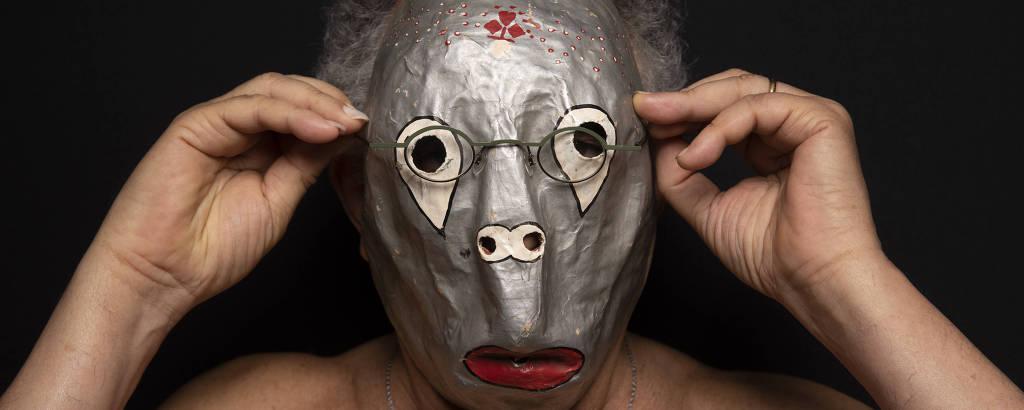 homem usando mascara