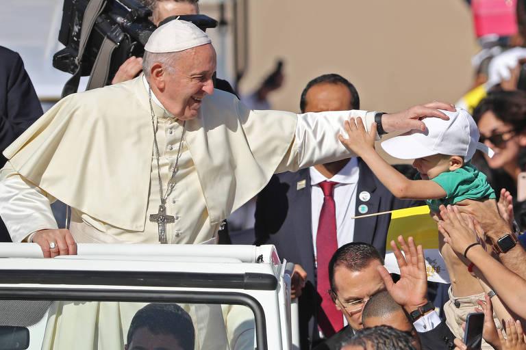 Papa Francisco abençoa criança ao chegar a missa em Abu Dhabi