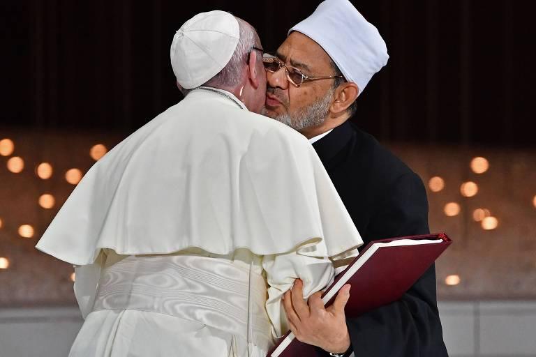 O papa, vestido de branco, e o xeque Ahmed al-Tayeb, de preto, se cumprimentaram com um beijo em frente à grande mesquita Zayed