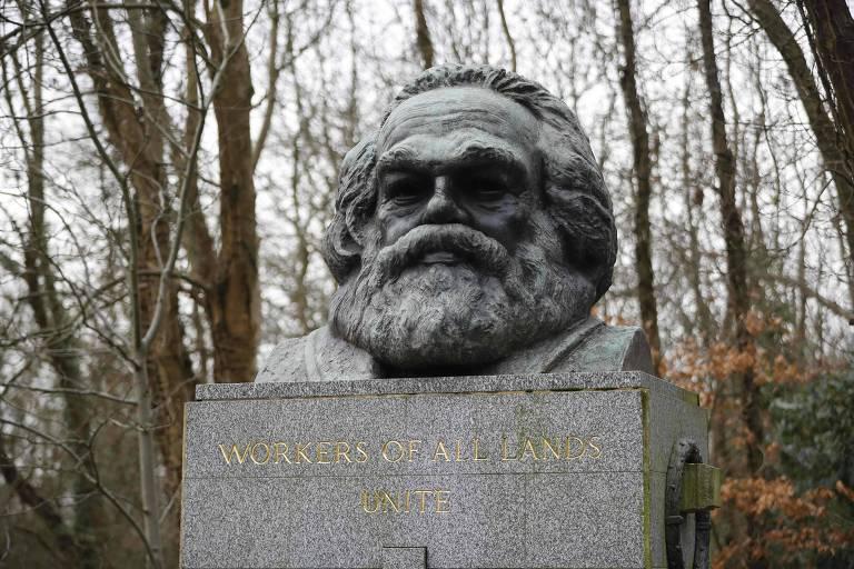 O busto de bronze no topo do túmulo, onde se lê a frase 'Trabalhadores do mundo, uni-vos'