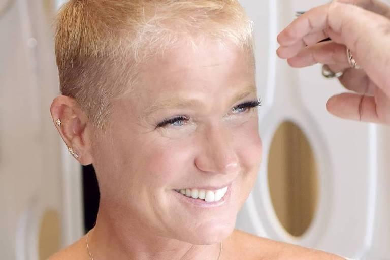 Xuxa raspa o cabelo para apresentar novo programa