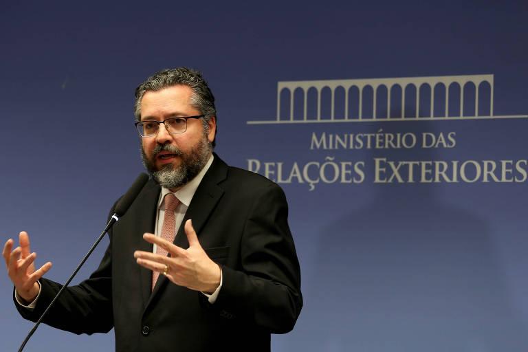 O chanceler Ernesto Araújo gesticula durante entrevista coletiva na sexta-feira (1º)